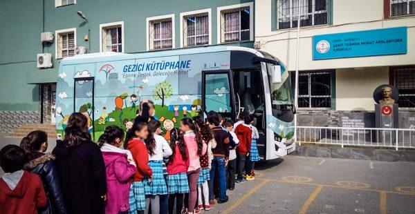 Anadolu Isuzu aracı gezici kütüphane ile okulları ziyarete devam ediyor